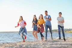 Gruppe Kinder, die auf Strand laufen stockfotos