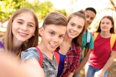 Gruppe Kinder, die draußen selfie nehmen lizenzfreie stockfotos