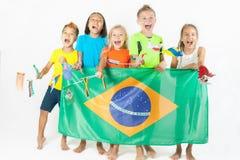 Gruppe Kinder, die eine Brasilien-Flagge halten Lizenzfreie Stockfotografie