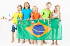 Gruppe Kinder, die eine Brasilien-Flagge halten Stockfotos