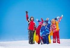 Gruppe Kinder, die Hände am Schneetag aufgeben Lizenzfreies Stockfoto