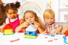 Gruppe Kinder, die mit Plastikblöcken spielen Stockfoto