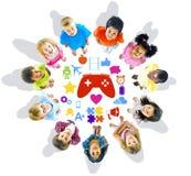 Gruppe Kinder, die oben mit Spiel-Symbolen schauen Lizenzfreie Stockfotografie