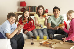 Gruppe Kinder, die Pizza Fernsehend essen Lizenzfreies Stockbild