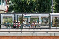 Gruppe Kinder, die Tram an der Menschenrechts-Station warten Stockfotografie