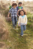 Gruppe Kinder, die zusammen auf dem Gebiet spielen Stockfotografie
