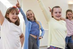 Gruppe Kinder, die zusammen Drama-Klasse genießen stockfotografie