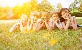 Gruppe Kinder haben Spaß im Sommer lizenzfreie stockfotografie