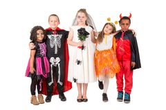 Gruppe Kinder in Halloween-Kostümen Stockfotos