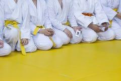 Gruppe Kinder im Kimono, der auf tatami sitzt Stockfoto