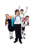 Gruppe Kinder mit den Rucksäcken, die zur Schule nach Ferien zurückgehen Lizenzfreie Stockfotografie