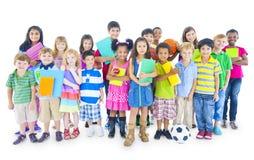 Gruppe Kinder mit der Bildung themenorientiert Stockbild