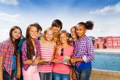 Gruppe Kinder mit der Karte, die zusammen steht Stockfoto