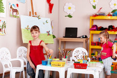 Gruppe Kinder mit Farbenbleistift im Spielraum. Stockbild