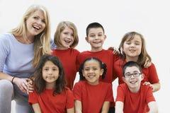 Gruppe Kinder mit Lehrer Enjoying Drama Workshop zusammen lizenzfreie stockbilder