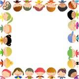 Gruppe Kinder mit unbelegtem Zeichen oder Fahne Stockbild