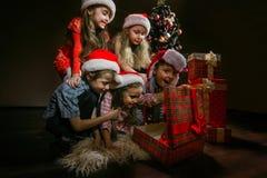 Gruppe Kinder in Sankt-Hüten lizenzfreie stockbilder