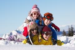 Gruppe Kinder am Ski-Feiertag in den Bergen Stockfotos