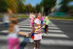 Gruppe Kinder, welche die Straße kreuzen stockfotos