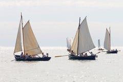 Gruppe kleine, alte Segelschiffe Lizenzfreies Stockfoto