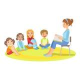 Gruppe kleine Kinder, die um den Lehrer Reading eine Geschichte sitzen Lizenzfreies Stockbild