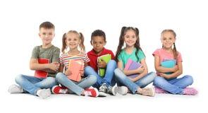 Gruppe kleine Kinder mit Schulbedarf stockbilder