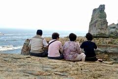 Gruppe koreanische alte Leute, die auf einer Klippe, Busan sitzen stockfoto
