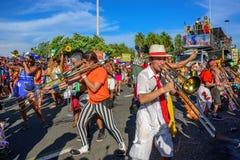 Gruppe Kostümmusiker, die Posaunen auf dem Hintergrund der Plattform von Bloco Orquestra Voadora, Carnaval 2017 spielen Lizenzfreie Stockfotos