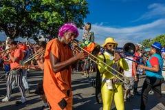 Gruppe Kostümmusiker, die Posaunen spielen und Puppe Foren Temer während Bloco Orquestra Voadora, Carnaval 2017 Stockfotos