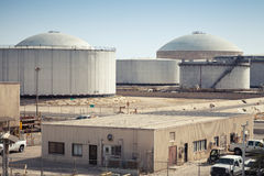 Gruppe Kraftstofftanks Ras Tanura-Ölstation, Saudi-Arabien Stockfotografie
