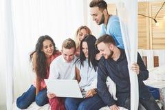 Gruppe kreative junge Freunde, die Social Media-Konzept hängen Leute spielen zusammen Spiele oder passen Videofilm auf Lizenzfreies Stockbild