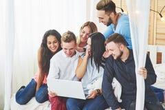 Gruppe kreative junge Freunde, die Social Media-Konzept hängen Leute spielen zusammen Spiele oder passen Videofilm auf Stockbild