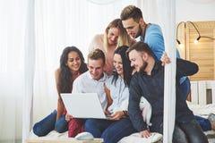 Gruppe kreative junge Freunde, die Social Media-Konzept hängen Leute spielen zusammen Spiele oder passen Videofilm auf Lizenzfreie Stockfotografie