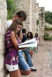Gruppe Kursteilnehmer am Campus lizenzfreies stockfoto
