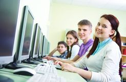 Gruppe Kursteilnehmer, die mit Computer studieren Lizenzfreie Stockbilder