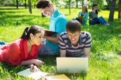 Gruppe Kursteilnehmer, die zusammen studieren lizenzfreie stockfotos