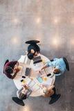 Gruppe Kursteilnehmer, die zusammen studieren Lizenzfreie Stockfotografie