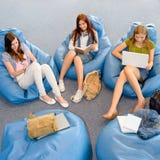 Gruppe Kursteilnehmer entspannen sich auf Sitzsack Stockbild