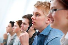 Gruppe Kursteilnehmer im Klassenzimmer Lizenzfreies Stockbild