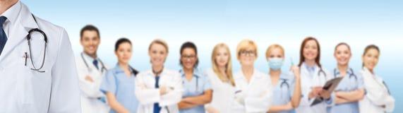 Gruppe lächelnde Doktoren stockfotos