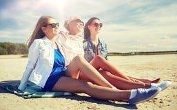 Gruppe lächelnde Frauen in der Sonnenbrille auf Strand stockfotografie