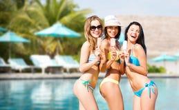 Gruppe lächelnde Frauen, die Eiscreme auf Strand essen Lizenzfreie Stockbilder