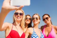 Gruppe lächelnde Frauen, die selfie auf Strand machen Lizenzfreie Stockfotos