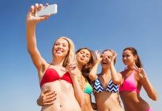 Gruppe lächelnde Frauen, die selfie auf Strand machen Lizenzfreies Stockbild