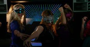 Gruppe lächelnde Freunde, die auf Tanzboden tanzen stock video