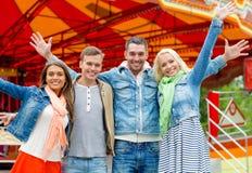 Gruppe lächelnde Freunde, die Hände wellenartig bewegen Lizenzfreies Stockfoto