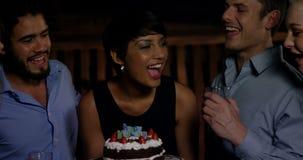 Gruppe lächelnde Freunde, die Kerze beim Feiern des Geburtstages in der Stange durchbrennen stock video footage