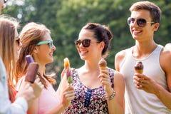 Gruppe lächelnde Freunde mit Eiscreme draußen Lizenzfreies Stockfoto