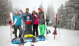 Gruppe lächelnde Freundsnowboarder, die Spaß haben Stockbild