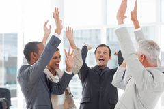 Gruppe lächelnde Geschäftsleute, die ihre Hände anheben Stockfotografie